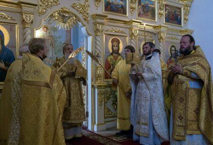 Епископ Серпуховской Роман возглавил Божественную литургию в Никольском храме села Рогачево