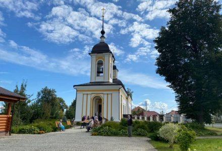 Расписание богослужений Преображенского храма деревни Спас-Каменка на октябрь 2020 года